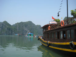 En djonk i Ha Long Bay